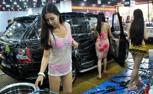 比基尼女郎洗车引围观